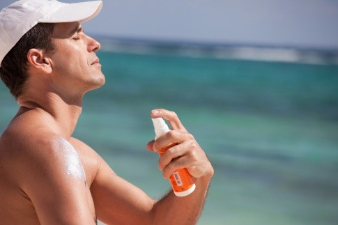 Ein Mann verwendet Sonnenschutz