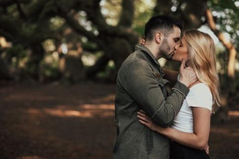 Ein Paar hat Spaß beim Küssen