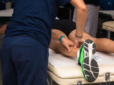Ein Mann erhält eine Sportmassage