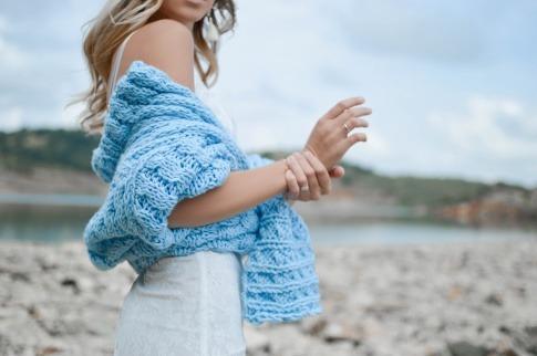 Frau mit heruntergerutschtem Pullover