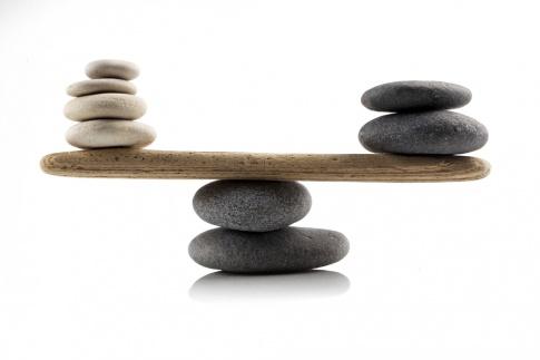 Steine sind in Balance aufgestapelt