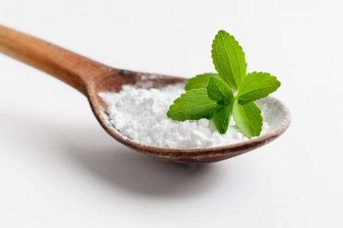 Blatt Stevia auf einem Löffel mit Süßstoff
