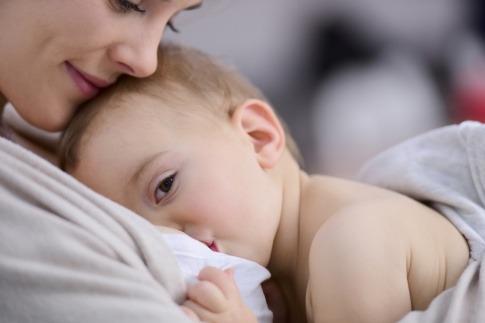 Eine Frau stillt ihr Baby