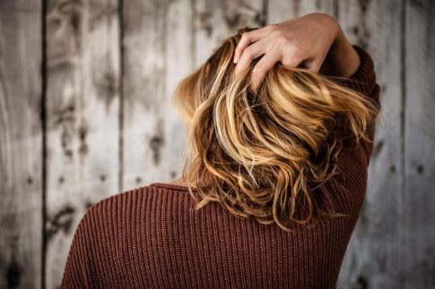 Frau mit braunem Haar und hellen Strähnen