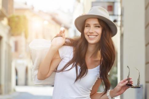 Eine Frau lächelt mit strahlenden Zähnen