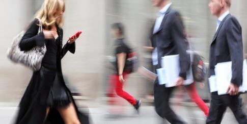 Auf der Straße gehen im Stress Mann und Frau