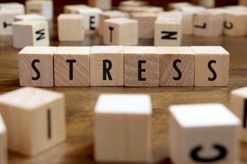 Das Wort Stress ist mit Holzwürfeln gelegt