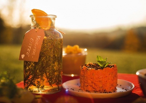 Süß-Saure-Karottenrohkost und Kräutereistee stehen auf einem Tisch