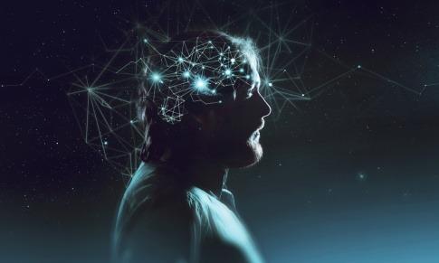 Im Kopf eines Mannes werden die Synapsen im Gehirn sichtbar
