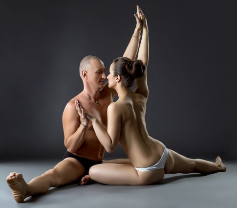 Ein Mann und eine Frau machen eine Tantra Yoga Übung