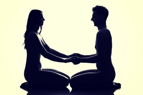Eine Grafik zeigt einen Mann und eine Frau beim Tantra Yoga