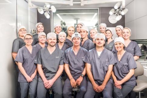 Das Team von Moser Medical steht zusammen