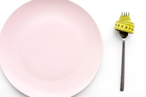 Leerer Teller mit Gabel und Maßband