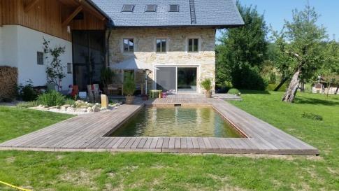 In eine Terrasse aus Holz eingebettet, befindet sich ein Pool