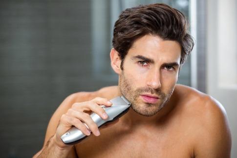 Mann rasiert sich