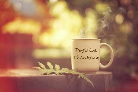 Tasse mit der Aufschrift Think positive