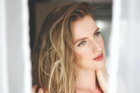 Frau mit glänzenden blonden Locken
