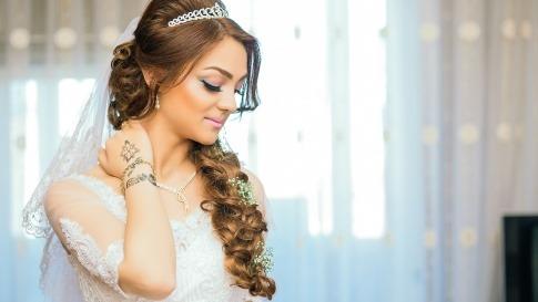 Eine Frau hat eine trendige Brautfrisur