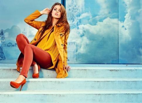 Frau in den Modefarben Braun und Gelb