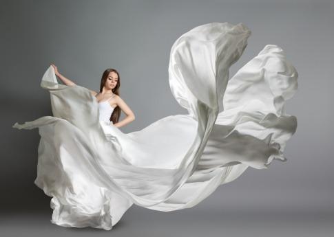 Eine Frau hat ein Kleid in der Trendfarbe Weiß