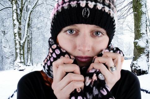 Frau im Schnee mit trockener Haut durch Kälte