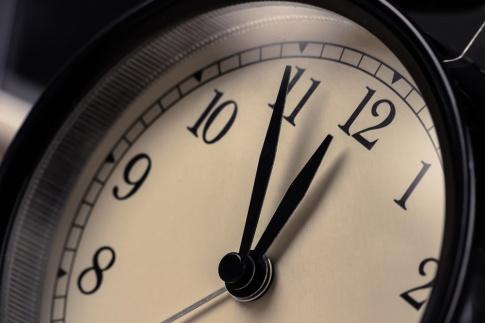 Eine Uhr zeigt 5 vor 12