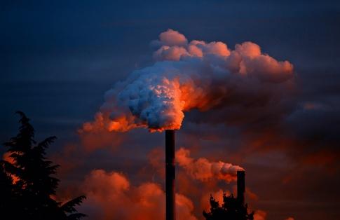 Schornsteine zeigen die Umweltverschmutzung