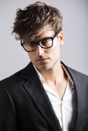 Ein Mann hat einen undone Hairstyle