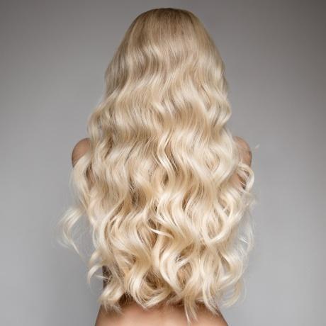 Eine Frau hat die Haarfarbe Vanilla Blond