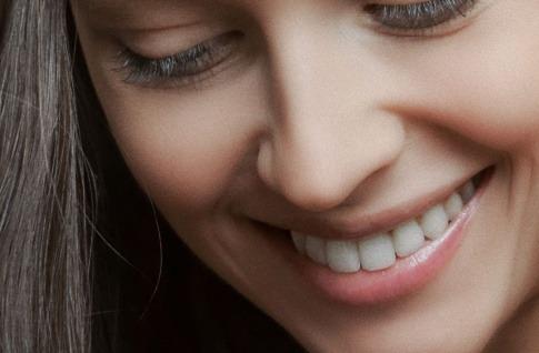 Eine Frau lächelt mit schönen Zähnen