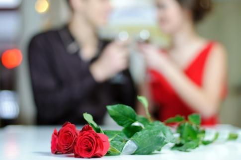 Ein Liebespaar feiert Verlobung
