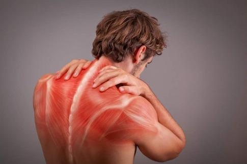 Ein Mann mit Verspannungen im Rücken