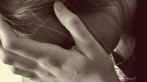Eine Frau sieht wegen Beziehungsende verzweifelt aus und traurig