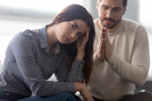 Ein verzweifelter Mann bittet eine genervte Frau um etwas