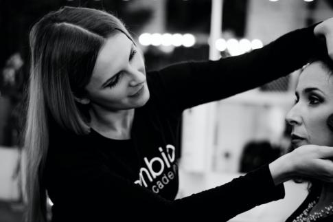 Frauen lernen Schminken beim Visagistenkurs Mödling
