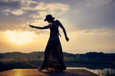 Eine Frau bekommt durch die Sonne Vitamin D Zufuhr