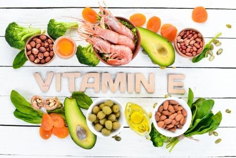 """Schriftzug """"Vitamin E"""" und Lebensmittel"""