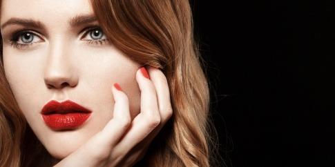 Eine Frau hat rote volle Lippen durch Wasabi