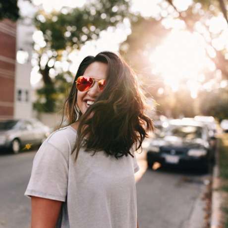 Eine Frau zeigt, wie viel mehr Volumen im Haar sie hat