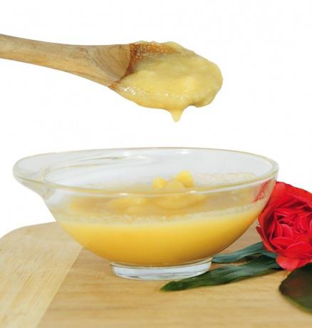 Ghee, ayurvedisches Butterschmalz, schmilzt in einer Schüssel