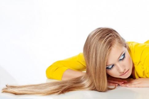 Frau mit langen glatten Haaren