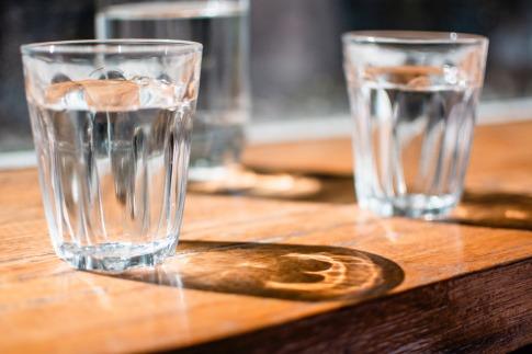 Zwei Gläser mit Wasser zum Trinken stehen auf einem Tisch