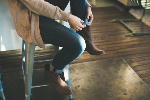 Frau zieht sich saubere Schuhe an