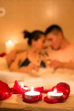 Ein Paar macht Wellness mit Kerzen