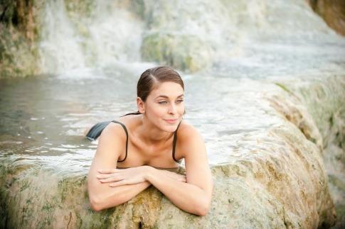 Eine Frau im Wasser macht Wellness-Urlaub