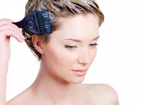 Eine Frau färbt sich ihre Haare