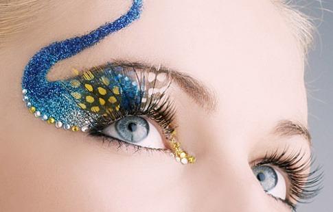 Augen mit verlängerten Wimpern und bunter Dekoration