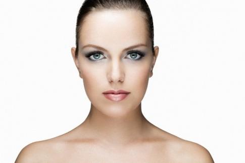 Eine Frau trägt eine voluminöse Wimpernverlängerung und hat die Augen geschlossen
