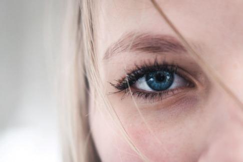 Auge mit schönen Wimpern