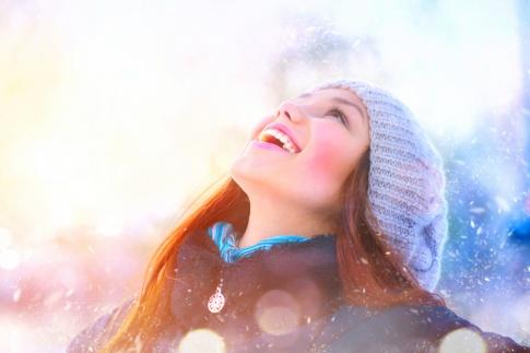 Eine Frau ist glücklich im Winter